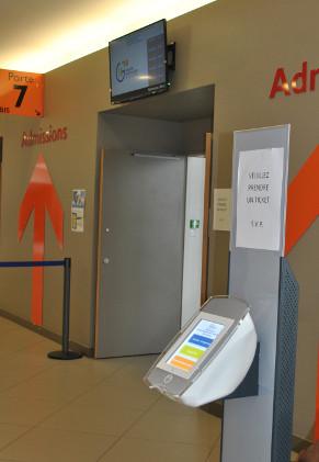 Un gestionnaire de file d'attente au service  des admissions du site de Vesoul